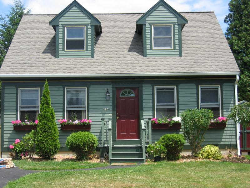 Clean, spacious & Walk to beach! Great large patio & outdoor shower!  Pets ok!, holiday rental in Middletown