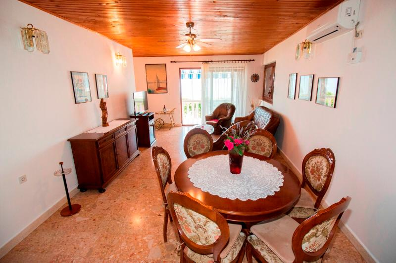 Lovely apartment for 5 persons with seaview, vakantiewoning in Pisak