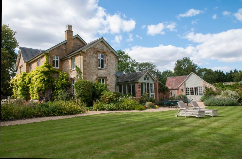 Luxury large house with swimming pool and tennis in Cotswolds, aluguéis de temporada em Broadway