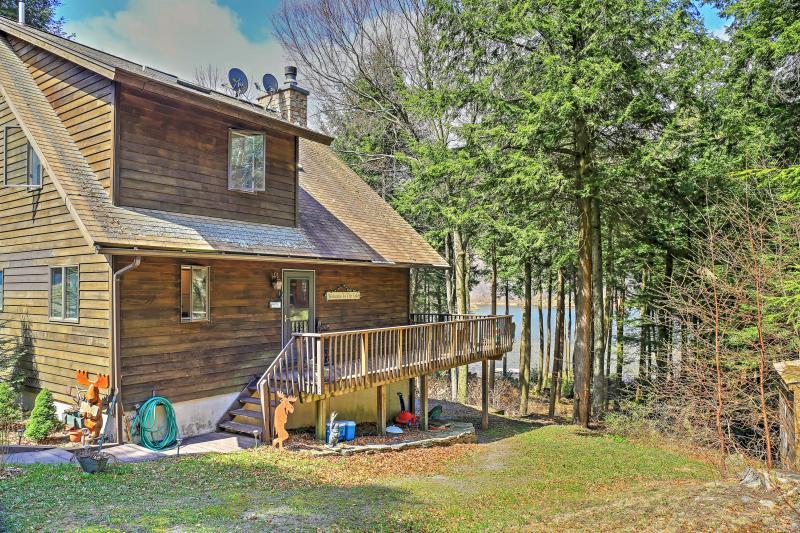 Esta casa de Stamford, de estilo Adirondack, se encuentra en un lago privado de 28 acres.
