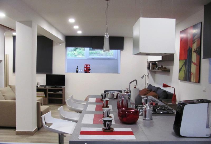 Vista della cucina ad isola dotata di tutti i comfort, macchina caffè, fornelli, cucina e lavandino