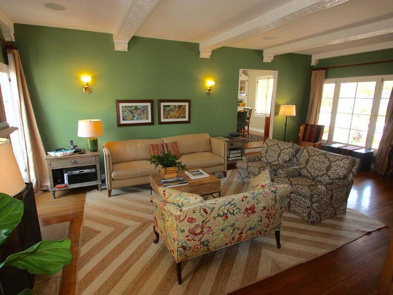 Stort vardagsrum w / högt i tak, franska dörrar till bakgården, HDTV + i tak stereohögtalare