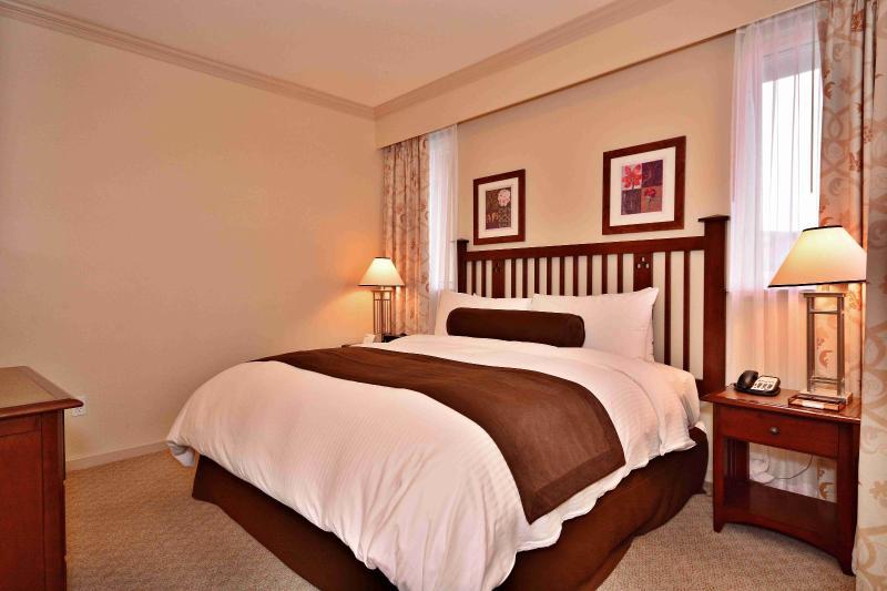 El dormitorio cuenta con una cama grande, lujosa y cómoda.