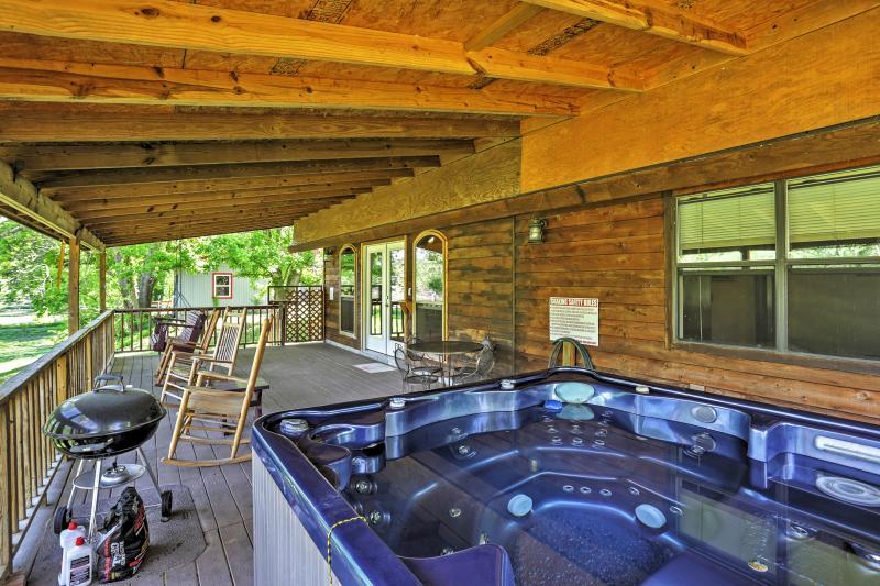 Contemple as vistas de tirar o fôlego, enquanto sentado na banheira de hidromassagem relaxante.