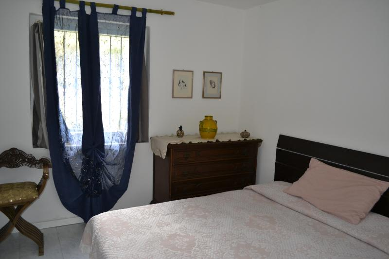 Ground floor flat with nice garden and parking, vacation rental in Giucano