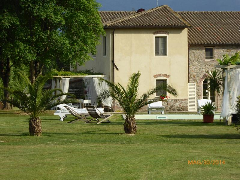 BEAUTYFULL VILLA WITH PRIVATE SWIMMING POOL, holiday rental in Maggiano