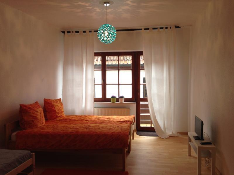 Ville romantique en couleurs aqua orange et blanc