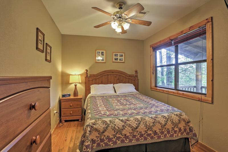 Retreat au confortable lit queen size pour dormir une bonne nuit de sommeil.