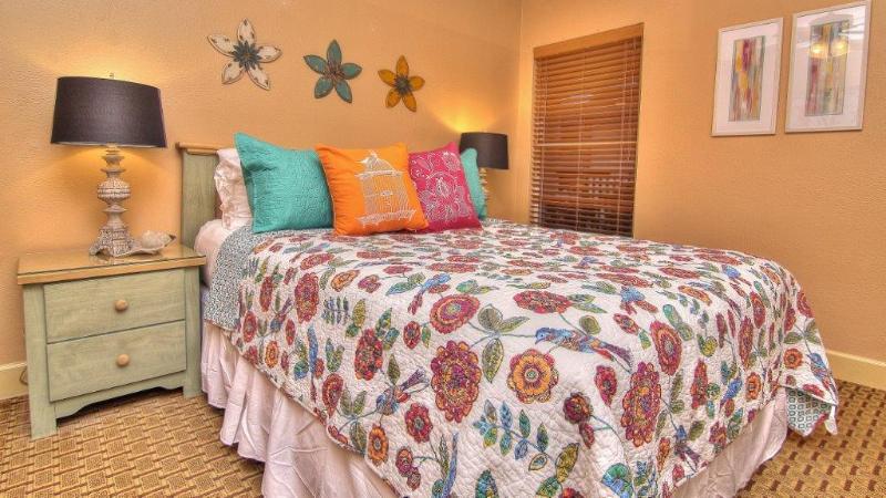 Belleair Beach Club 211 tem uma cama alegre queen size no quarto principal