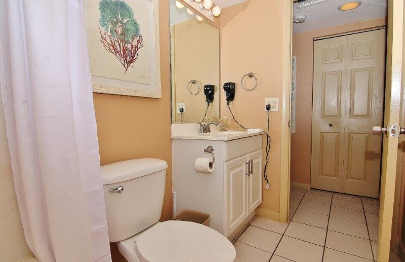 Belleair Beach Club 211 tem uma casa de banho completa com lençóis macios prontos para você!