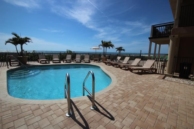 Desfrutar da piscina aquecida, recentemente remodelado, no BBC 212 depois de um dia na praia