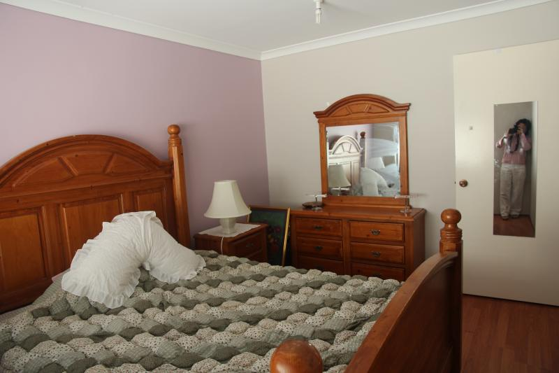 MIMI'S HOUSE  IN QUIET STREETS, 10 MINUTES TO THE AIRPORT AND SHOPPING CENTRES, vacation rental in Kalamunda
