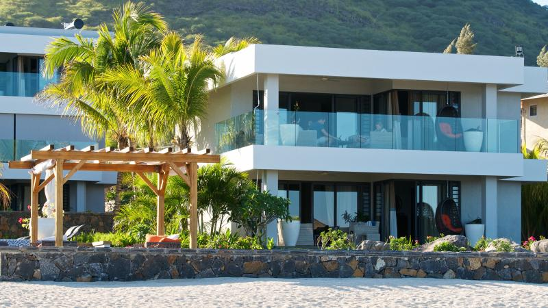 3 Bedrooms Beachfront Spacious Apartment with Pool at Leora in Tamarin, casa vacanza a La Mivoie