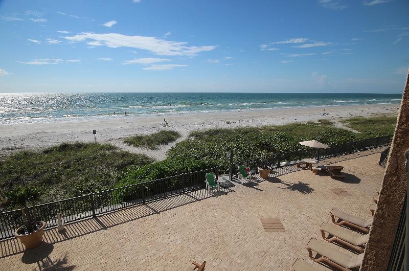 Vista da sacada com vista para as ondas azuis cintilantes do Golfo do México