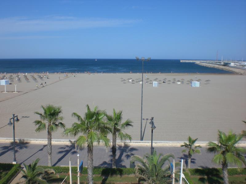 Malvarrosa III, amazing views from a great terrace, holiday rental in Valencia