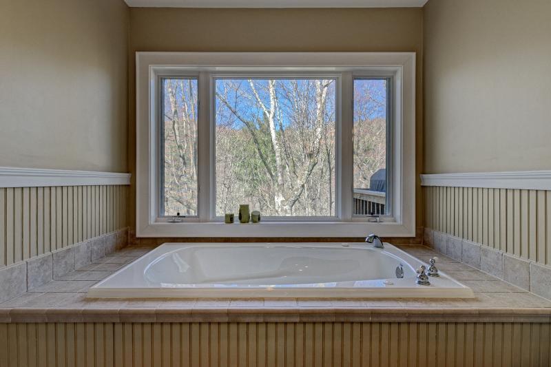 tina de baño grande con una vista! Se sentirá como si estuviera en una casa del árbol.