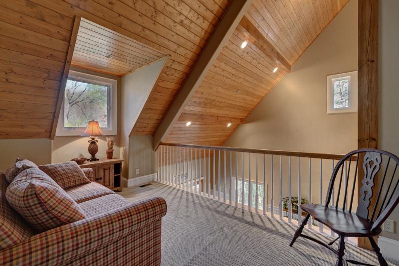 Loft con vistas a la sala de estar con sofá-cama para dos.