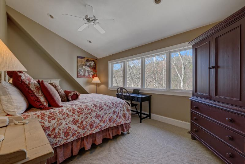 2- dormitorio arriba con cama de matrimonio.