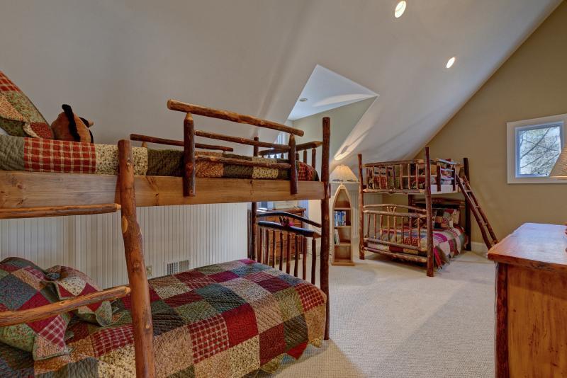 La litera de arriba Habitación- ** Moverá abajo cuando sótano se completa ** 2 camas queen para reemplazar.