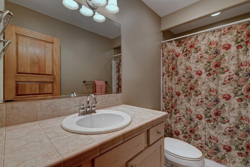 baño- invitados arriba compartido por dos habitaciones.