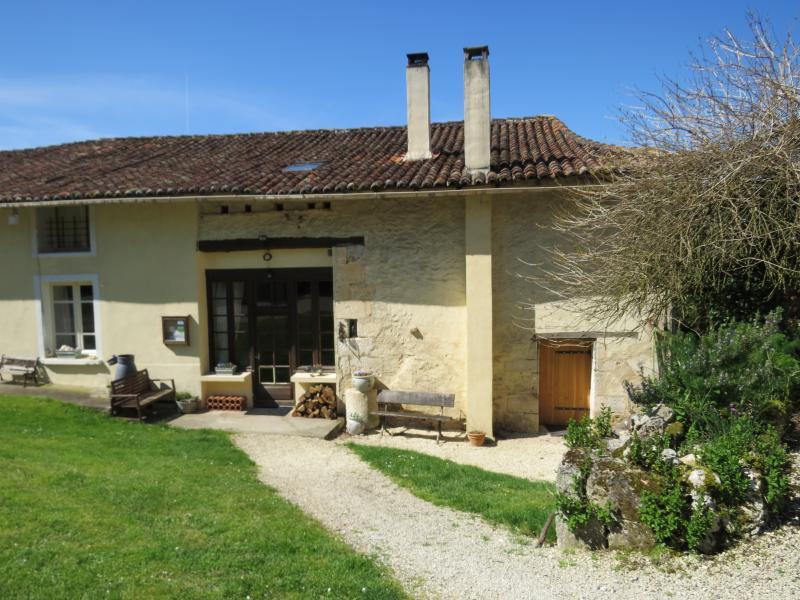 Lovely Farmhouse, covered terace, pool, games room, bikes, fishing, pizza nights, holiday rental in Puyrenier