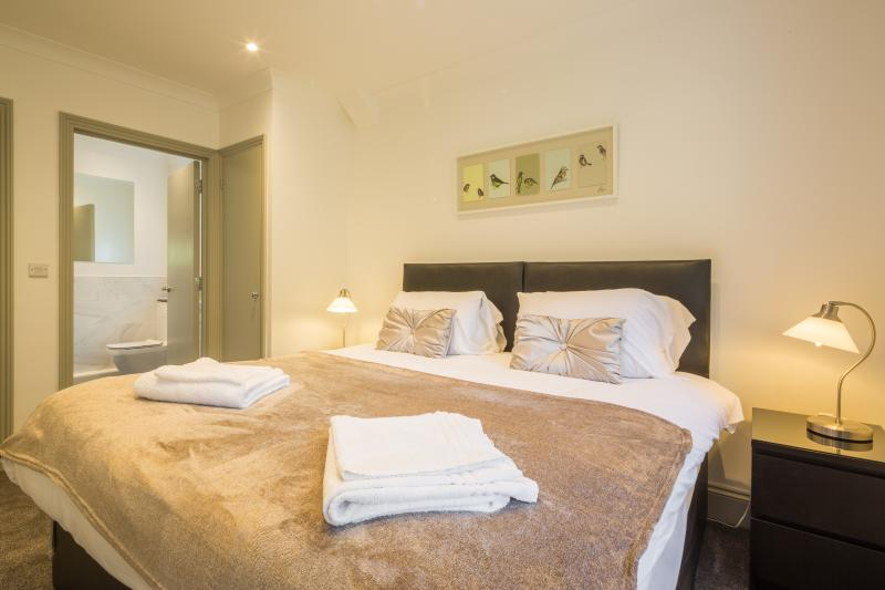 camas confortáveis com roupa de alta qualidade e toalhas.