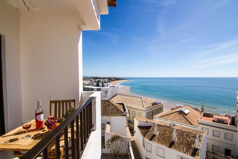 Sol Apartment in Albufeira ,Old Town Center , 3 min from  Peneco Beach, vacation rental in Albufeira