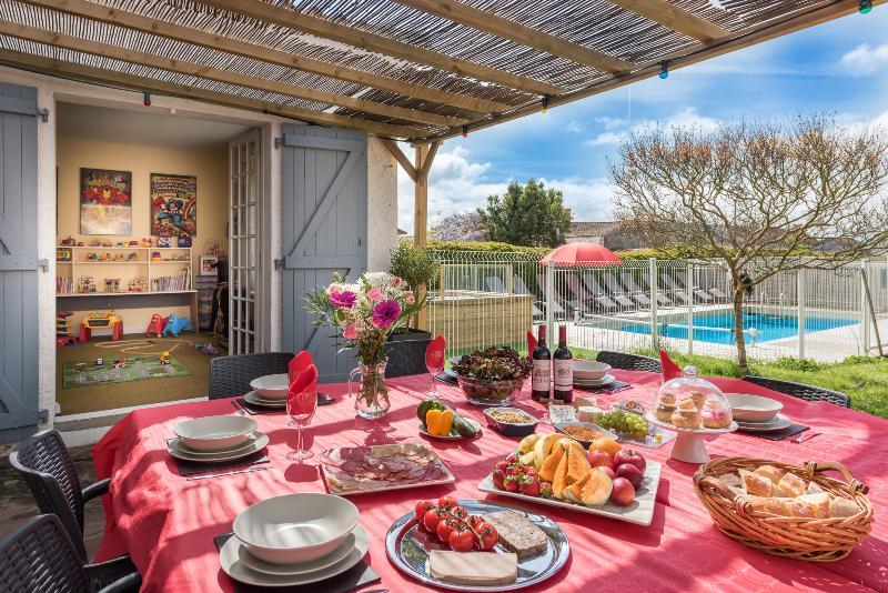 mesa enorme para la hora del almuerzo y cenar por la noche para toda la familia!