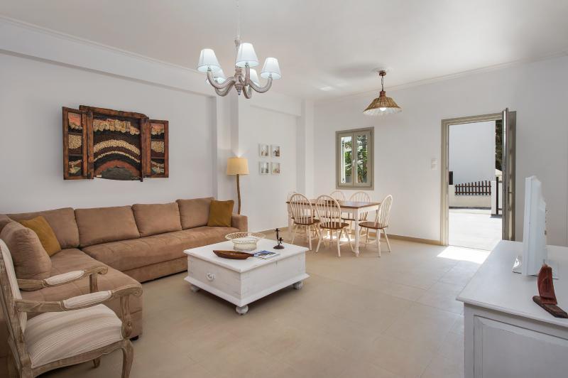 Orelia 1, Summer House, vacation rental in Kamari