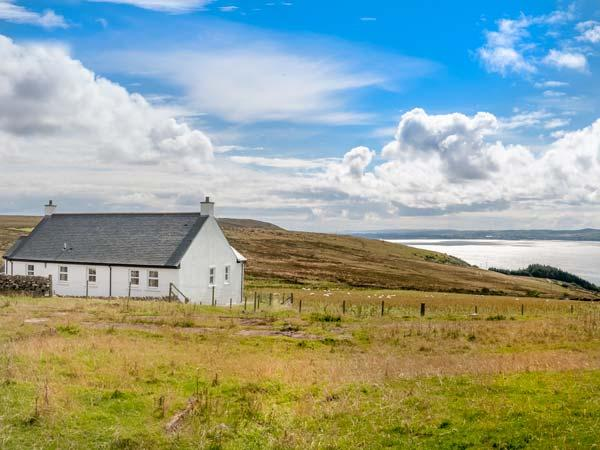 LITTLE LAIGHT detached, en-suite, stunning loch views, walks and cycle rides, vacation rental in Cairnryan