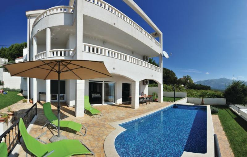 Idyllic villa near Split with pool & free parking, holiday rental in Solin