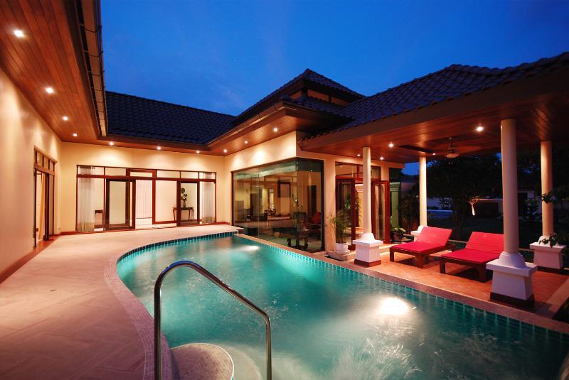 Les Palamres Luxury Villa, holiday rental in Ban Sam Kong