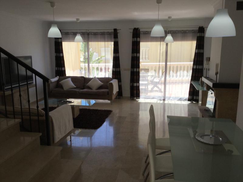 Casa adosada con piscina y a 100 m del mar, vacation rental in Estepona