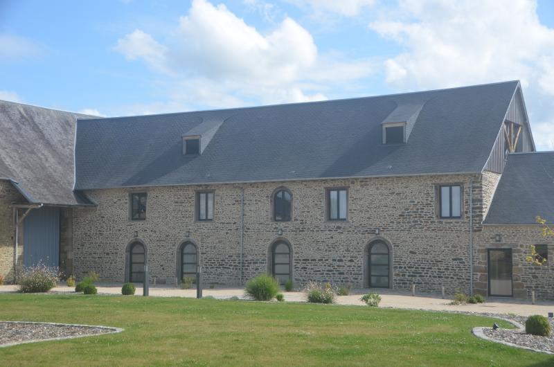 Les Lodges: une entrée privative pour chacun d'eux. Chaque lodge est sur 2 étages:chambre et salon.