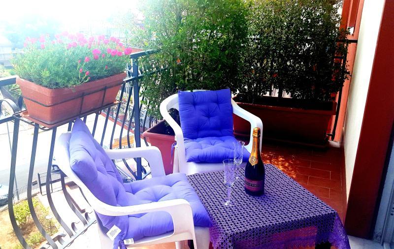 ELEGANTE APPARTAMENTO VISTA MARE: ETNA-TAORMINA, vacation rental in Giarre
