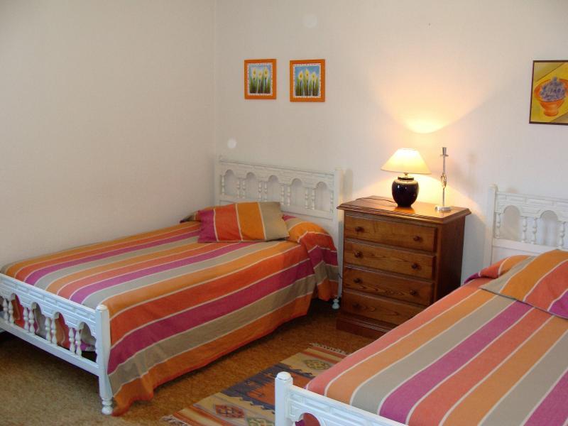 Habitación de dos camas de 105cms
