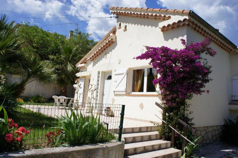 HOUSE IN QUIET NEIGHBOURHOOD WITH POOL AND BETWEEN ANTIBES AND JUAN LES PINS, holiday rental in Juan-les-Pins