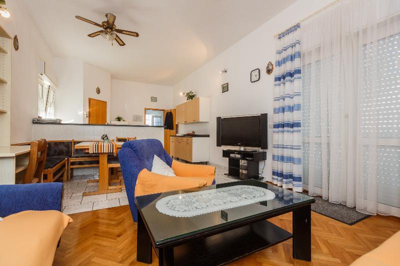 Nice apartment close to the sea -101, casa vacanza a Kastel Luksic