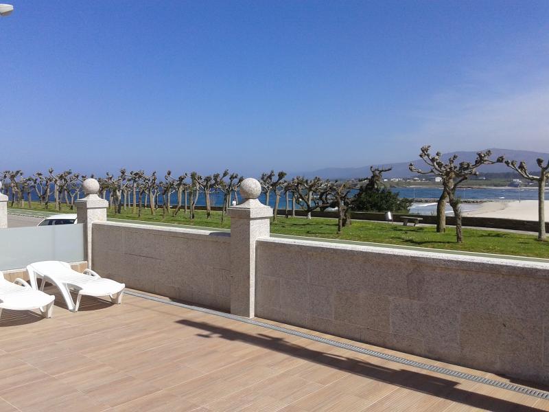 PLANTA BAJA EN 1ª LINEA DE PLAYA, vakantiewoning in Foz