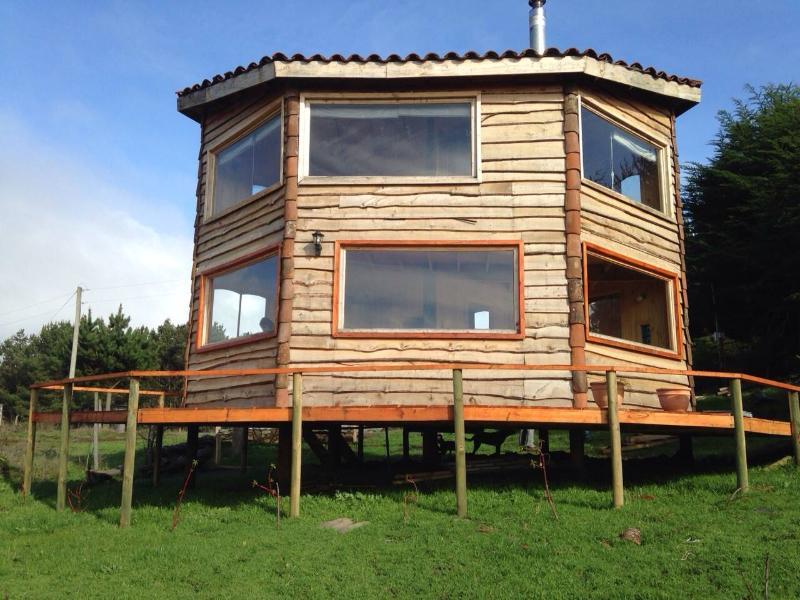 Ven y descansa en una cabaña ecológica con vista al mar.