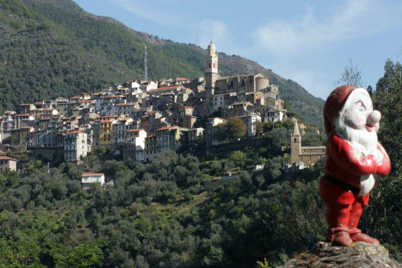TOWNHOUSE IN THE ANCIENT VILLAGE OF MONTALTO, casa vacanza a Agaggio Inferiore