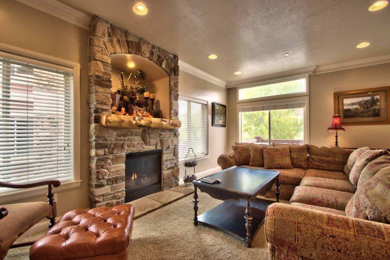 Gran sala de estar / chimenea de gas