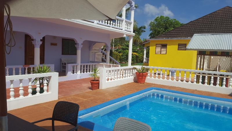 Tamarind Studio Apartment - Lovely Swimming Pool, Wi-Fi, Cable TV. Ocho Rios – semesterbostad i Ocho Rios