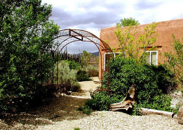 Casita Romantica Mountain views, Private Hot Tub, Wi-F, casa vacanza a El Prado