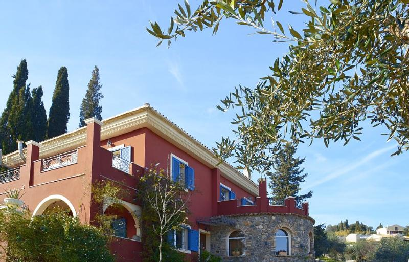 Villa Velanidies! Built on a hill with a 4acre, location de vacances à Corfu Town