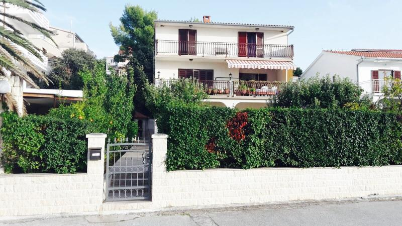 A new Apartment Ana by the sea, holiday rental in Seget Vranjica