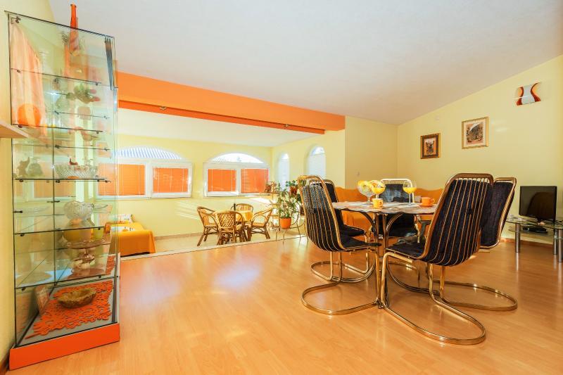 Apartment Lucija near Split,Trogir,beach,garden, alquiler de vacaciones en Kastel Stari