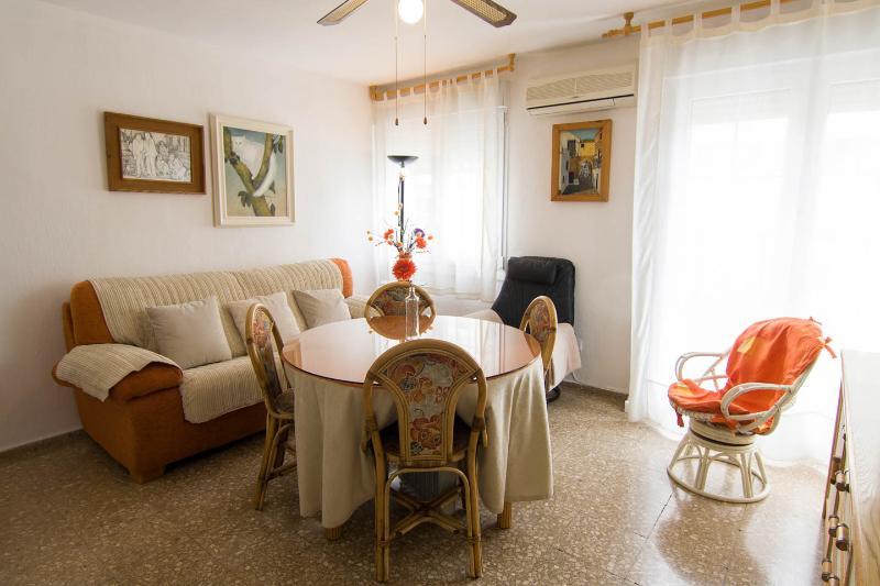 Habitaciones en apartamento acogedor con salón, baño y rincón cocina, vacation rental in Cordoba