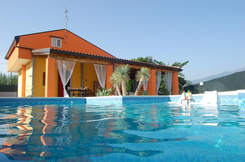 Villa singola con piscina a 80 metri dal mare, location de vacances à Mascali