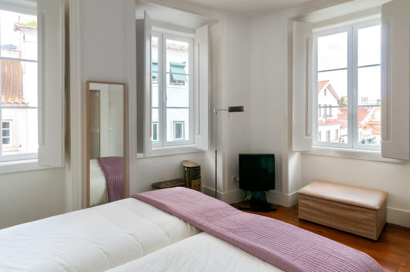 The 3 Sisters Lisbon :: Room with twin beds (for a couple or two singles)